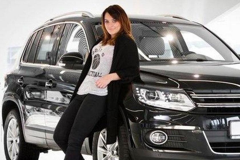 Ewa Farna przy samochodzie