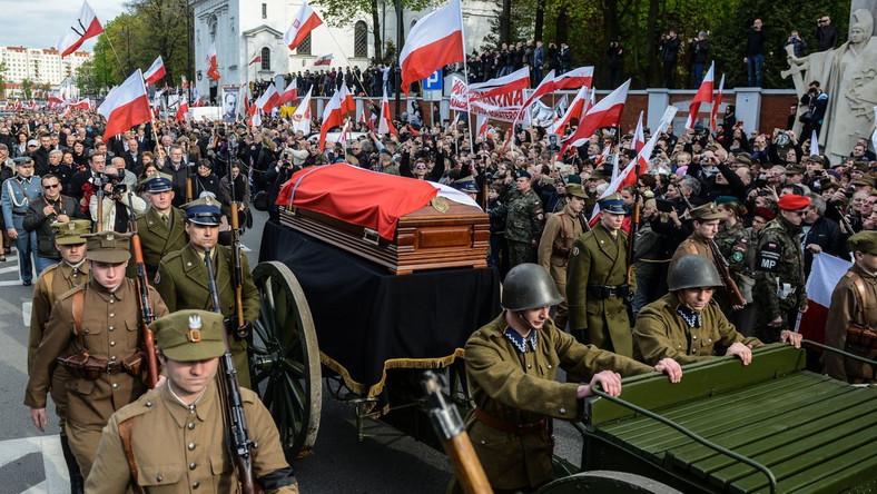 """Zygmunt Szendzielarz """"Łupaszka"""" (1910-1951) walczył w kampanii wrześniowej 1939 r.; dostał się do sowieckiej niewoli, z której uciekł i wrócił do Wilna. Od początku 1940 r. działał w konspiracji w środowisku 4. Pułku Ułanów, przyjmując pseudonim """"Łupaszka""""."""