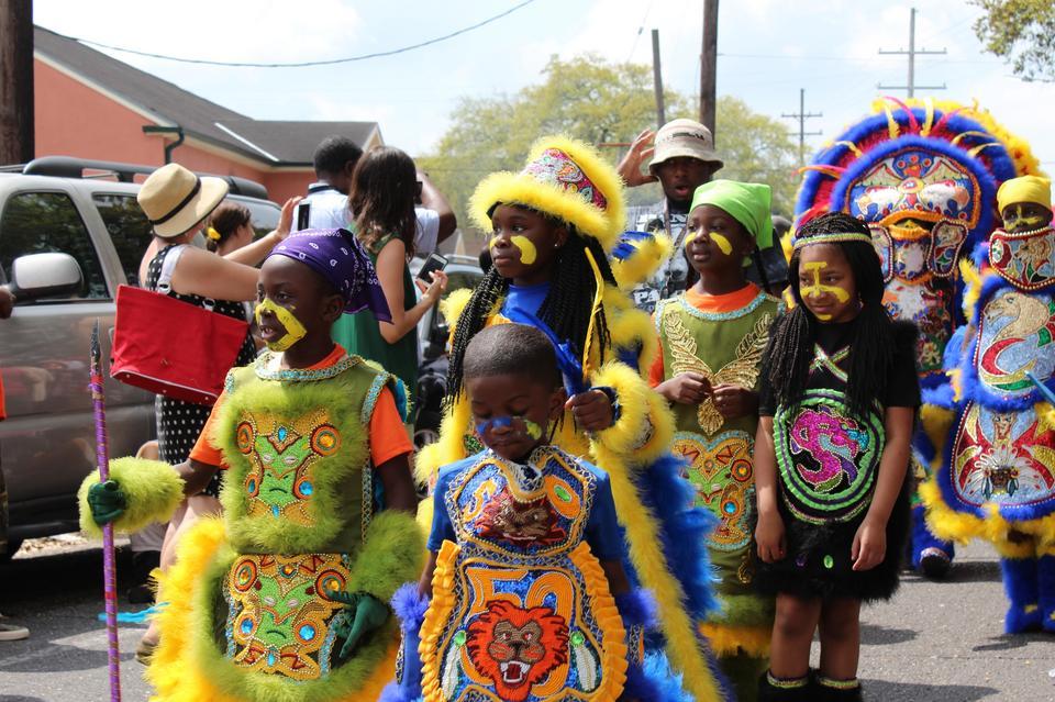 Dziś parady są wydarzeniami pokojowymi, przebiegają wręcz w rodzinnej atmosferze. W dzień Św. Józefa towarzyszą im: piknik, koncerty i tańce. Uczestniczą w nich setki osób.