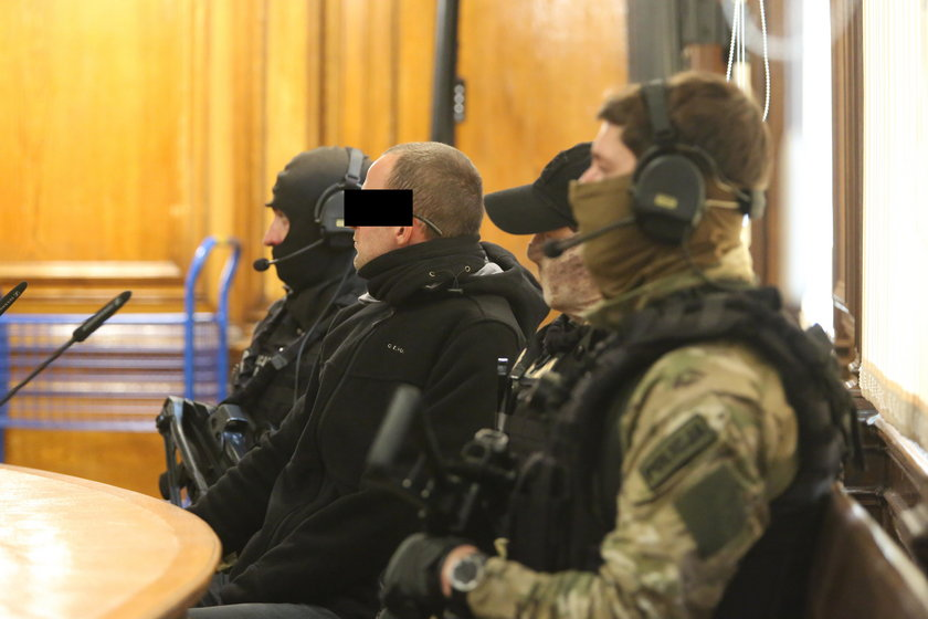 uzbrojeni policjanci
