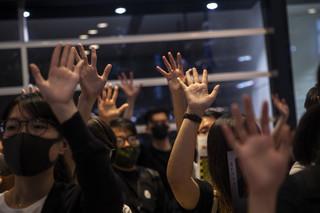 W Hongkongu propekińscy lojaliści usuwają demokratyczne ściany Lennona