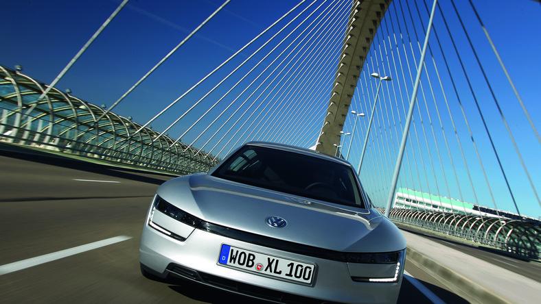 Ludzie z Volkswagena są pewni swego! XL1 przedstawiają jako najbardziej ekonomiczny samochód świata. Na dowód pokazują wyniki testów - średnie spalanie wynosi 0,9 l na 100 km podróżowania. Jakim cudem?