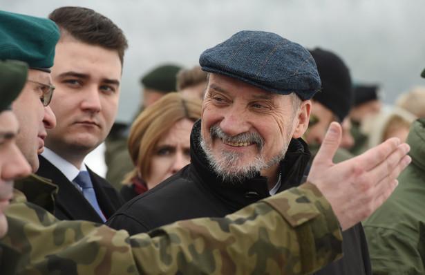 Minister obrony narodowej Antoni Macierewicz i Bartłomiej Misiewicz
