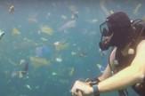 plastika u okeanu ronilac