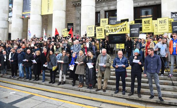 """Manifestacja pod hasłem """"Nie oddamy wam kultury"""" na schodach głównych warszawskiego Pałacu Kultury i Nauki"""