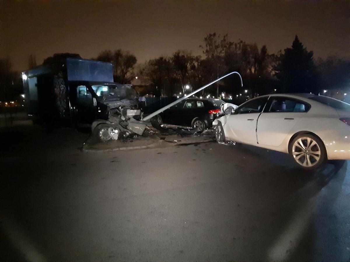 Hatalmas baleset történt az éjjel Budapesten – törtek mindent a kocsik a Józsefvárosban – fotók