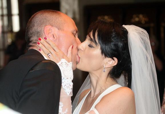 Prvi poljubac ispraćen aplauzom gostiju