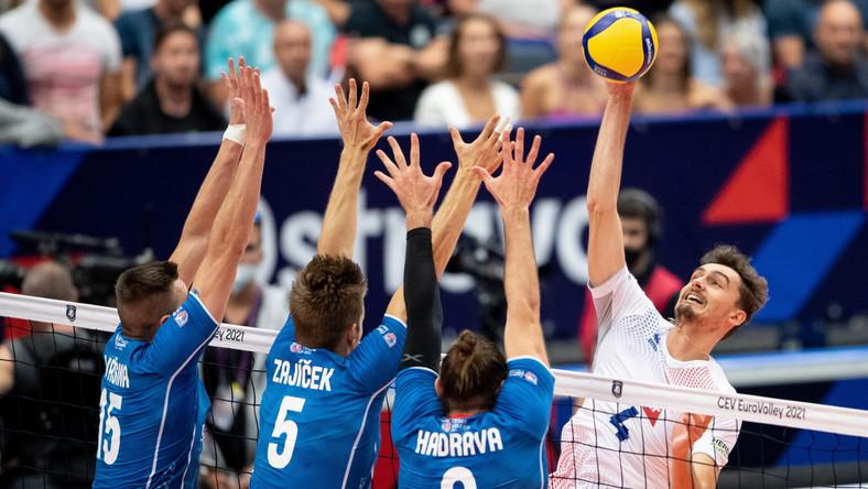 Czesi Adam Zajicek (C) i Jan Hadrava (2-P) oraz Francuz Jean Patry (P) podczas meczu na ME
