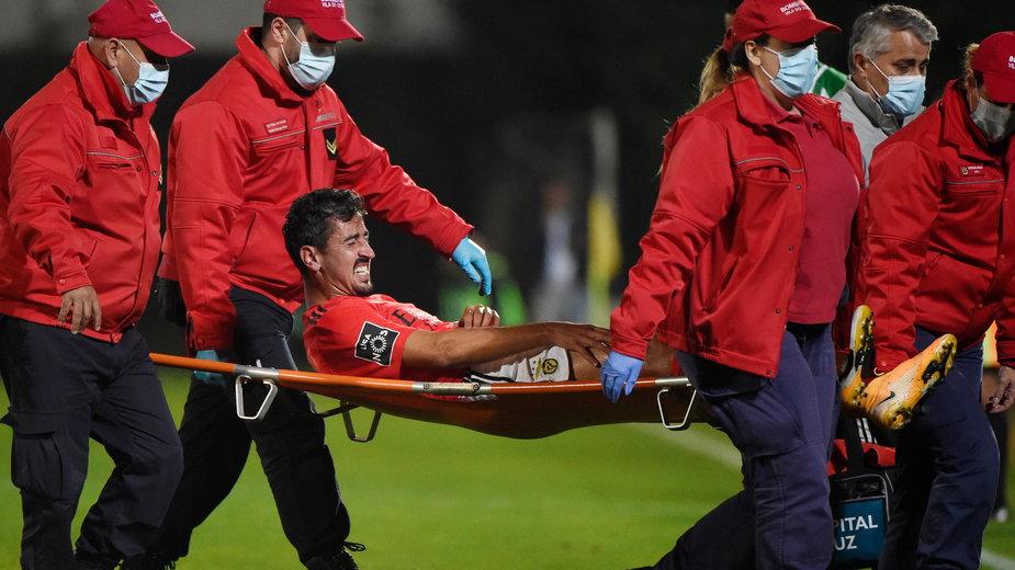 Andre Almeida znoszony z boiska w meczu Benfica – Rio Ave (3:0)