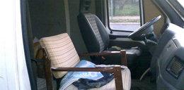 Tak się w Polsce wozi ludzi: na drewnianych fotelach!