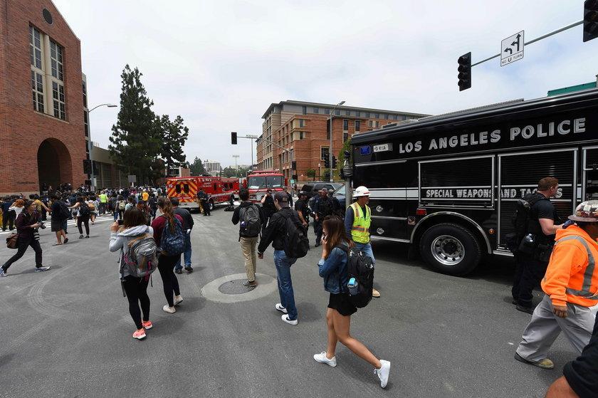 Studenci informują rodziny wychodząc z uczelni