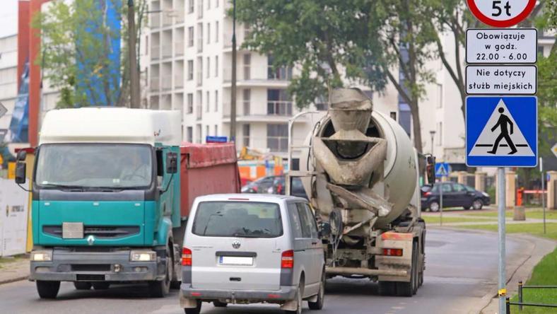 Ciężarówki to duży problem na warszawskich Odolanach