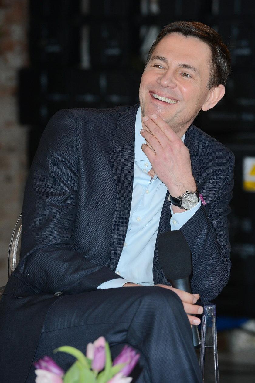 Krzysztof Ibisz siedzi przy stoliku