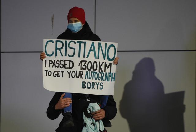 Mali Boris ispred autobusa u kome je, po dolasku u Beograd, bila reprezentacija Portugala
