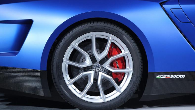 Ducati to włoska marka motocykli, która należy do Audi, zaś Audi jest w grupie marek koncernu Volkswagen. Powszechnie wiadomo, że poszczególne części, silniki czy skrzynie biegów w samochodach grupy VW (Skoda, Volkswagen, Seat, Audi, Lamborghini) są wymienne, lub różnią się nieznacznie. Nic zatem dziwnego, że niemieccy inżynierowie pokusili się o połączenie jednośladu z samochodem. Oto nowe dzieło - volkswagen XL sport…