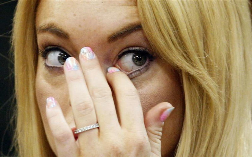 Kto ma takie paznokcie z wulgaryzmem?