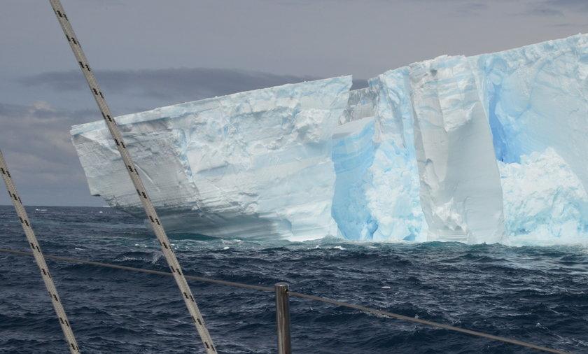 Na ilustracji: pękający fragment lodowca