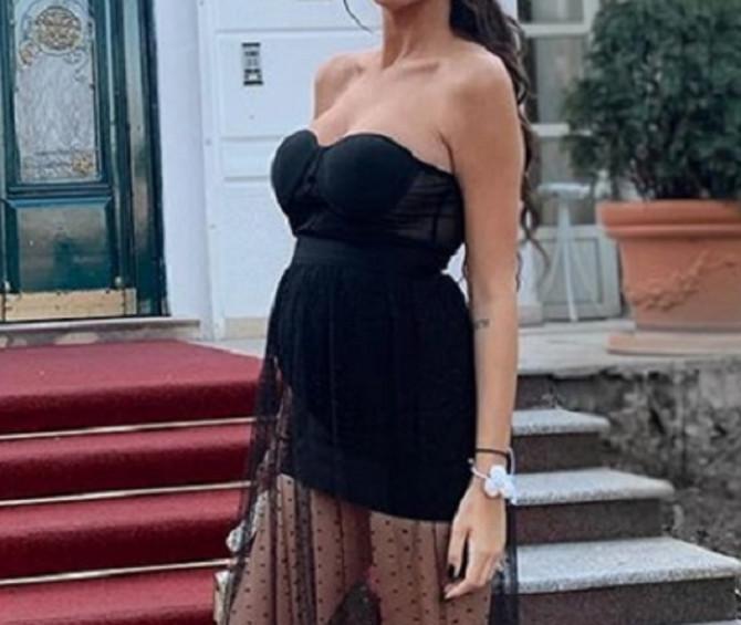 Ona nosi haljine sa tilom i to savršeno