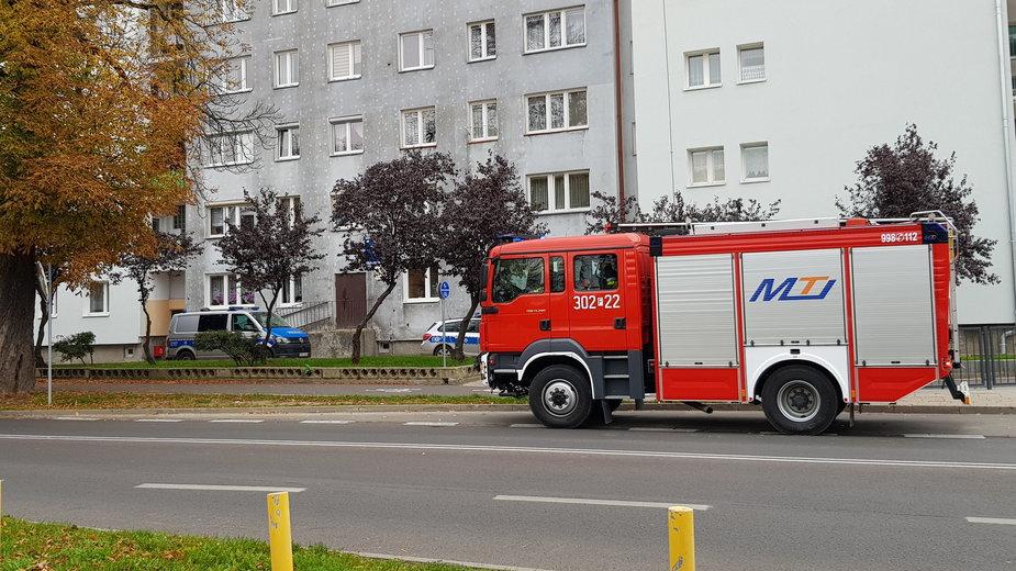 Policja i straż pożarna przed blokiem przy ul. Piłsudskiego