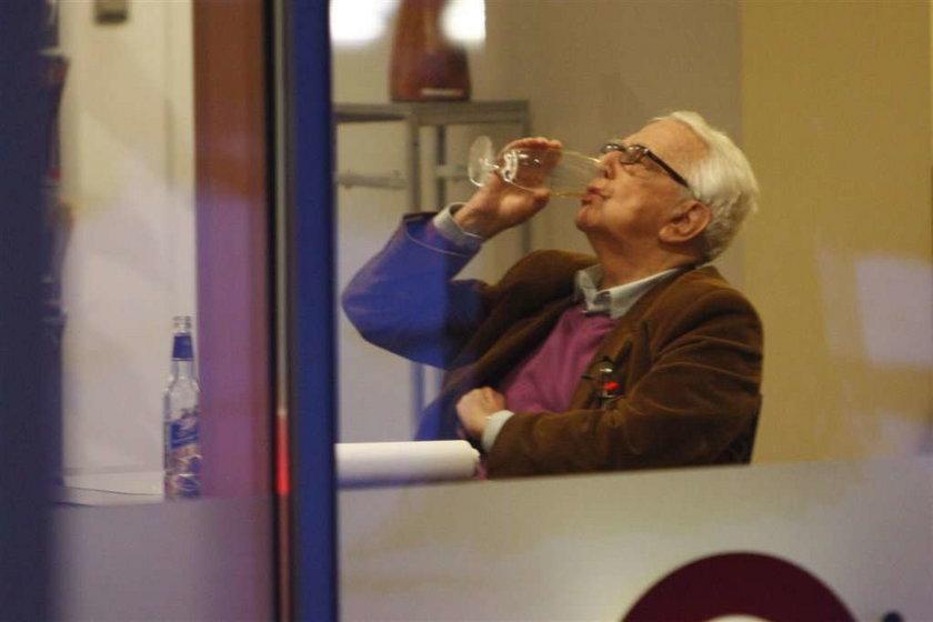 Andrzej Łapicki pije piwo w knajpce. Kamila jest dobrą żoną dla Andrzeja Łapickiego