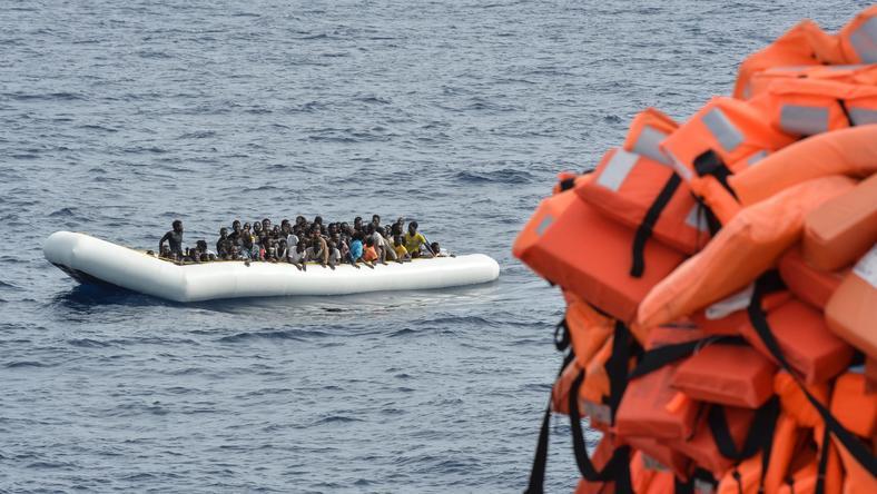 Jedna z wielu łodzi z uchodźcami i migrantami z Afryki
