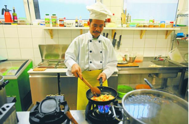 """""""Chciałam pokazać codzienność uchodźców z poziomu naszego spotkania z nimi, kiedy Obcy jest kolegą ze szkoły, pracodawcą, członkiem rodziny"""" – tłumaczy Marta Mazuś. Na zdjęciu kucharz z wietnamskiej restauracji w Katowicach"""
