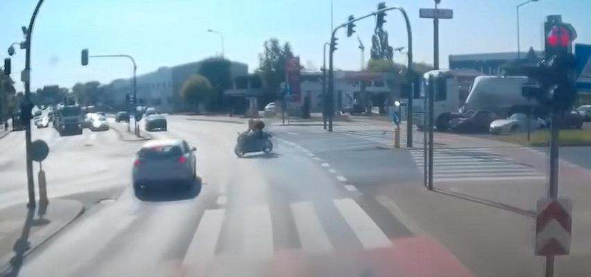 Dramatyczne nagranie wypadku motocyklisty w Poznaniu. Kierowca wjechał na czerwonym świetle