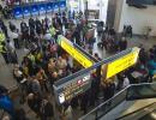 Tłumy pasażerów na lotnisku Schiphol w Amsterdamie