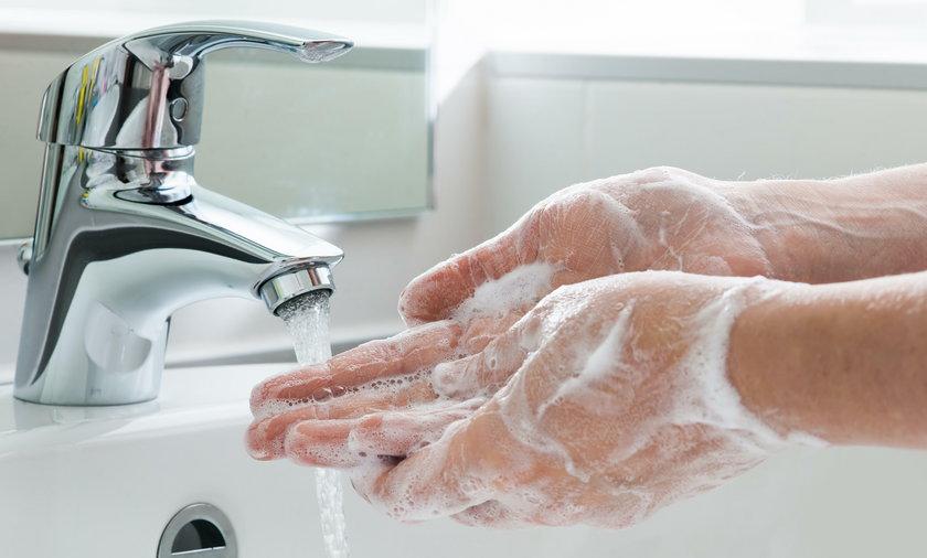 Koronawirus w Polsce. Myjesz ręce? Nie zapomnij o podłodze