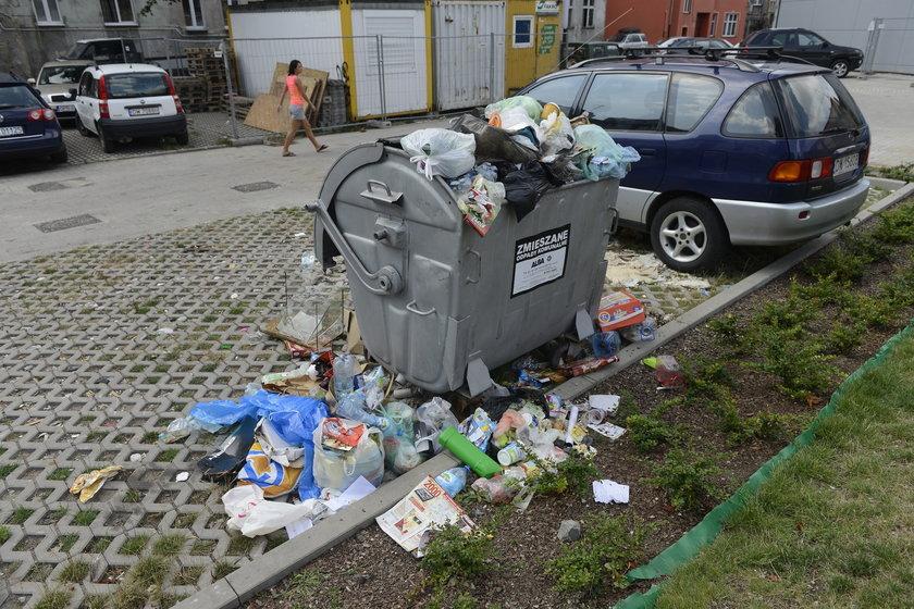 Śmieci wysypują się z kontenera na wrocławskim Nadodrzu