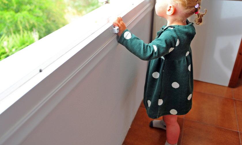 Mała dziewczynka spacerowała po parapecie.