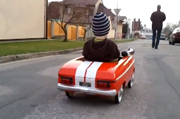 """Generacije Jugoslovena su ludele za OVOM IGRAČKOM: Svi mališani su želeli da imaju """"moskvič"""" AUTOMOBIL SA PEDALAMA (FOTO, VIDEO)"""