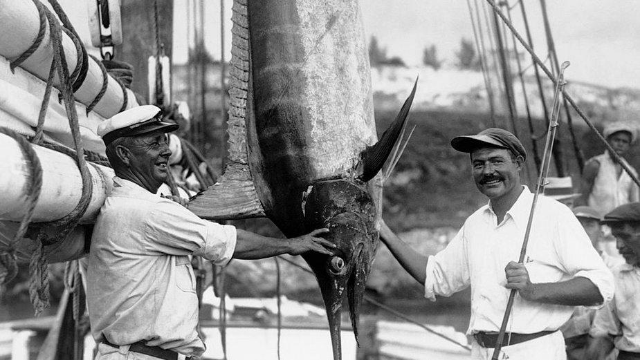 Kapitan Joe Russel (L) i Ernest Hemingway (P) prezentują złowionego marlina