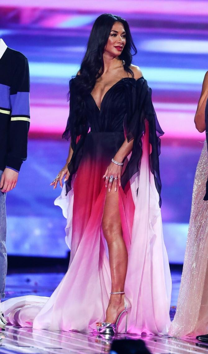 Nikol Šerzinger je fantastično izgledala u haljini bogatog kolorita