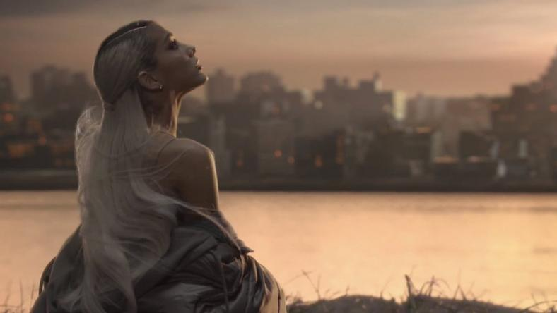 "Ariana Grande w teledysku ""No Tears Left To Cry"""