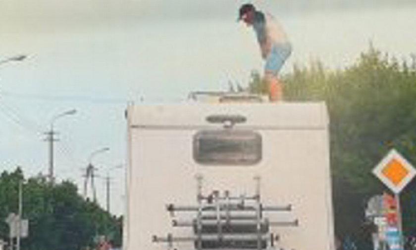 Pijany mężczyzna w drodze na wakacje uznał, że wejście na dach kampera to doskonały pomysł.
