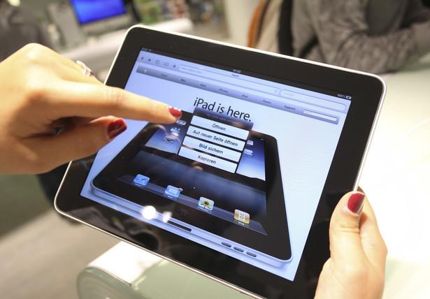 Ekran Pierwszym elementem, na który warto zwrócić uwagę jest przekątna ekranu. O ile 7- i 8-calowe tablety sprawdzą się przy pracy mobilnej, o tyle w domu zdecydowanie lepiej korzysta się z 10-calowca. Drugim istotnym czynnikiem jest technika, w jakiej został wykonany panel LCD. Tu zdecydowanie warto zainwestować w wyświetlacz IPS, który zaoferuje nam lepsze nasycenie barw i szersze kąty widzenia. Warto zwrócić uwagę na rozdzielczość. Na rynku pojawia się coraz więcej urządzeń Full HD (1920x1080), choć standardem są wciąż te pracujące w rozdzielczości 1280x800. Urządzenia o rozdzielczości mniejszej niż 1024x768 raczej nie spełnią naszych oczekiwań.