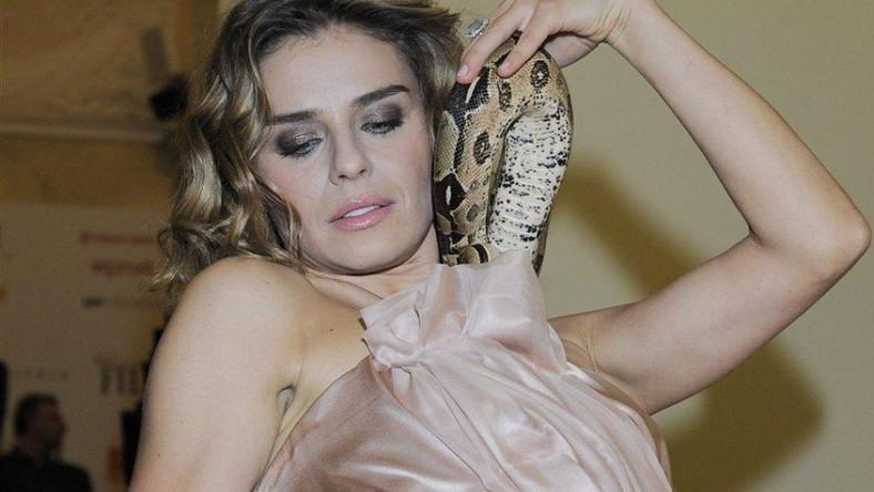 Natasza Urbańska z wężem zamiast naszyjnika.