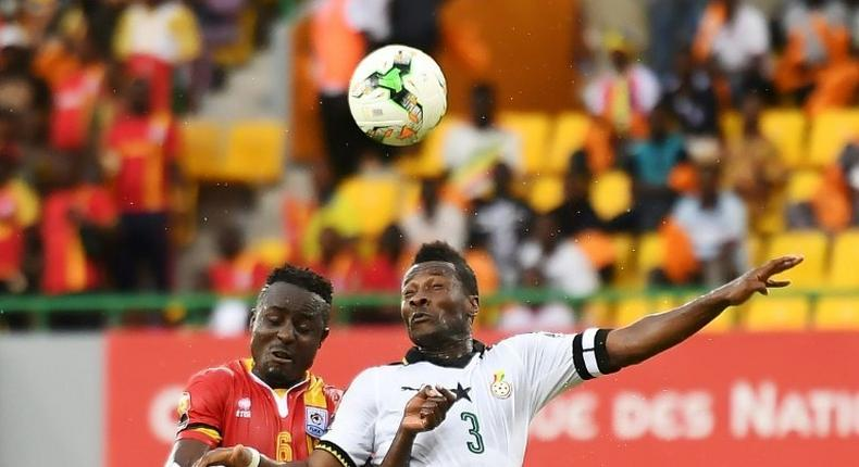 Ghana's forward Asamoah Gyan (R) heads the ball with Uganda's midfielder Tony Mawejje during the 2017 Africa Cup of Nations group D football match between Ghana and Uganda in Port-Gentil on January 17, 2017