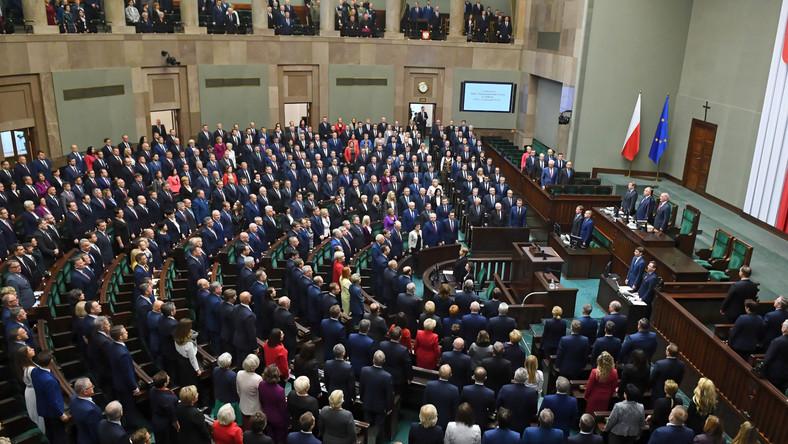 Do Sejmu przybyli prezydent Andrzej Duda i premier Mateusz Morawiecki. Zaproszeni zostali również przedstawiciele organów państwowych takich jak RPO, RPD, prezesi sądów i trybunałów, a także korpus dyplomatyczny.