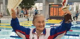 Ma 100 lat, przepłynęła 1500 metrów! WIDEO