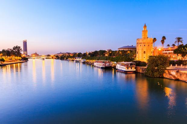 Rzeka Gwadalkiwir w Sewilli i Złota Wieża (Torre del Oro)