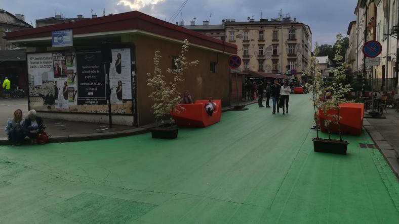 Plac Nowy w innej odsłonie. Beton został pomalowany na zielono, postawiono też drzewa i ławki