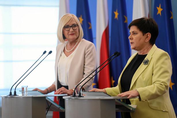 """Beata Szydło przypomniała, że to właśnie z rynku w Pułtusku wystartował tzw. """"szydłobus"""", czyli autobus, który zainaugurował kampanię wyborczą PiS w 2015 r."""