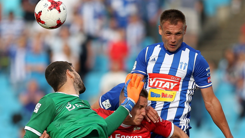 Piłkarz Wisły Płock Mateusz Piątkowski (P) oraz Paweł Stolarski (L) i bramkarz Dusan Kuciak (L) z Lechii Gdańsk