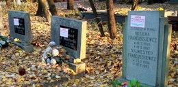 Naklejki na grobach to barbarzyństwo!