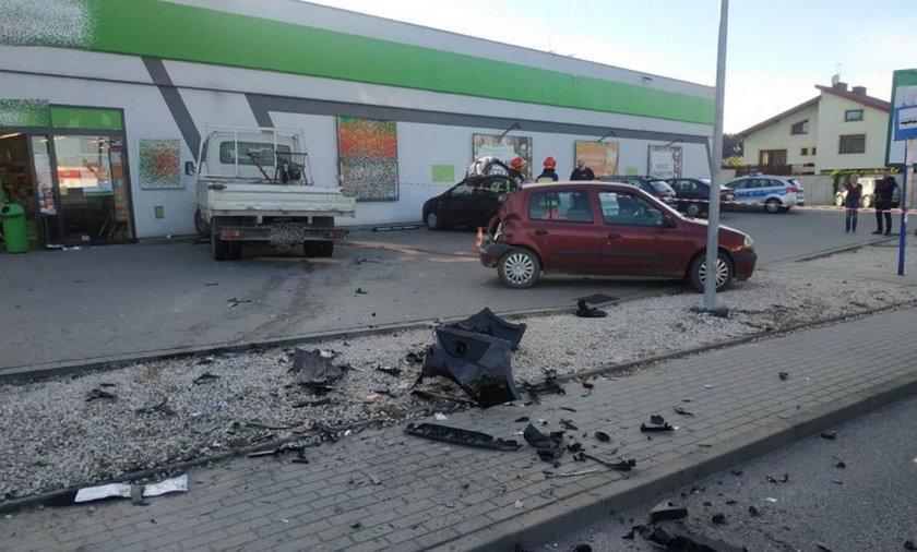 Groza w Koszycach. Niebezpieczny rajd 19-latka. Zderzył się z autami, potrącił pieszego i uderzył w ścianę sklepu. Zdjęcia przerażają