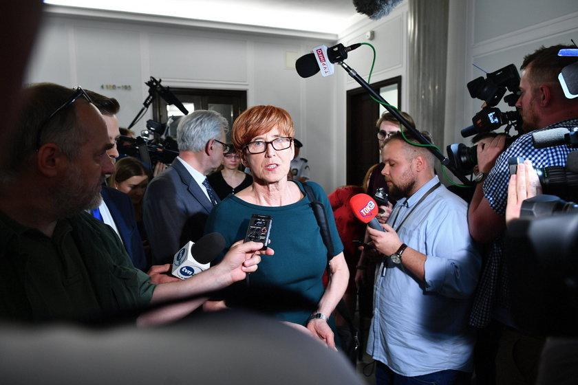 Minister Rafalska znowu u protestujących w Sejmie. Polały się łzy