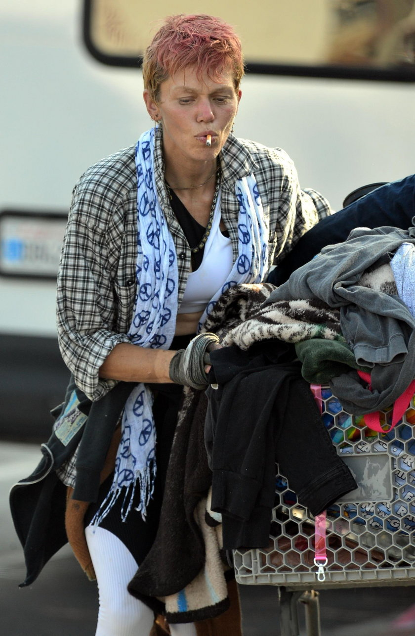 Piękna modelka wciąż mieszka na ulicy i grzebie w śmieciach. A próbowali jej pomóc