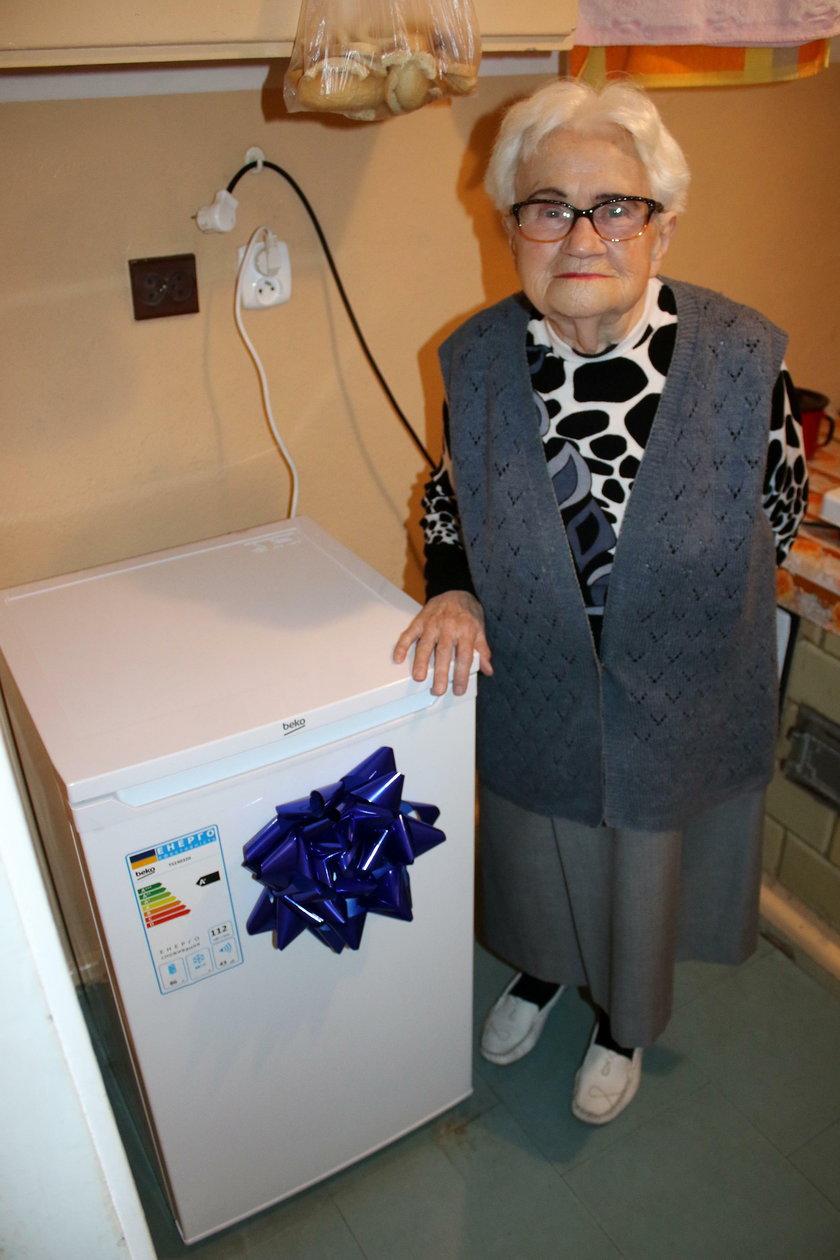 Pani Czesława z lodówką od prezydenta Gdyni Wojciecha Szczurka